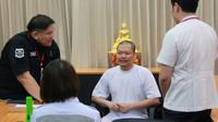 Mantan biksu bernama Wiraphon Sukphon ini tiba di Bangkok setelah ekstradisinya dari Amerika Serikat pada Juli 2017. (Dokumnetasi milik Department of Special Investigation Thailand)