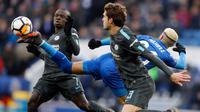 Gelandang Leicester City, Riyad Mahrez (tengah) berusaha mengontrol bola dari kawalan dua pemain Chelsea, N'Golo Kante dan Marcos Alonso saat bertanding pada perempatfinal Piala FA di stadion King Power, Inggris (18/3). (AP Photo / Frank Augstein)