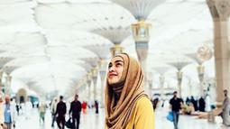 Tika Bravani menunjukkan kemantapan dirinya untuk berhijab. Dengan hijab yang kini menutupi kepalanya, Tika merasa seperti memiliki identitas baru. (instagram.com/tikabravani)