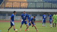 Pemain Persib Bandung tengah menjalani persiapan jelang laga PSM Makassar pada lanjutan Liga 1 2018, Rabu (23/5/2018). (Bola.com/Erwin Snaz)