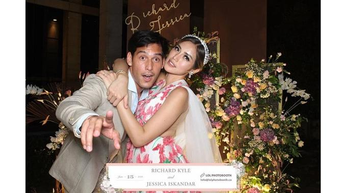 Gelar Pertunangan, Jessica Iskandar  Richard Kyle Pamer Ciuman Bibir