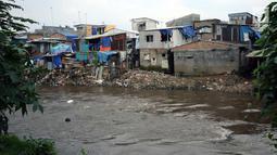 Deretan pemukiman padat di bantaran kali Ciliwung di sekitar kawasan Manggarai, Jakarta, Jumat (6/4). Hal ini menjadi satu-satunya cara mengembalikan fungsi sungai sebagai aliran air. (Liputan6.com/Helmi Fithriansyah)
