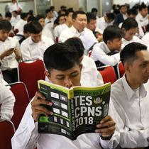 Peserta menunggu tes Seleksi Kompetensi Dasar (SKD) calon pegawai negeri sipil (CPNS) di Gedung Wali Kota Jakarta Selatan, Jumat (26/10). Tes SKD CPNS untuk sesi pertama molor di sejumlah tempat. (Liputan6.com/Immanuel Antonius)