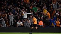 Gelandang Wolverhampton, Ruben Neves, merayakan gol yang dicetaknya ke gawang Manchester United pada laga Premier League di Stadion Molineux, Wolverhampton, Senin (19/8). Kedua klub bermain imbang 1-1. (AFP/Paul Ellis)