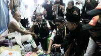 Menteri Agama Lukman Hakim Saifuddin menemui jemaah haji sakit di Mina. Darmawan/MCH