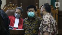 Terdakwa kasus dugaan korupsi di PT Asuransi Jiwasraya dari kalangan pengusaha, Heru Hidayat dan Joko Hartono Tirto (kedua kiri dan kanan berdiri) saat menjalani sidang lanjutan di Pengadilan Tipikor Jakarta, Senin (6/7/2020). Sidang mendengar keterangan saksi. (Liputan6.com/Helmi Fithriansyah)