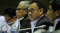 Menteri ESDM Sudirman Said menghadiri raker dengan Komisi VII di Jakarta, Rabu (2/3). Rapat membahas tarif listrik, penerapan subsidi listrik untuk rumah tangga miskin dan evaluasi peralatan pembangkit listrik existing. (Liputan6.com/Johan Tallo)