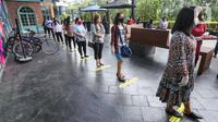 Pengunjung antre masuk mall pasca berakhirnya PSBB di Lippo Mall Puri, Jakarta, Senin (15/6/2020). Menuju New Normal berdasarkan Pergub No. 51 tahun 2020 tentang PSBB pada masa transisi sejumlah pusat perbelanjaan di wilayah Jakarta kembali beroperasi. (Liputan6.com/Fery Pradolo)