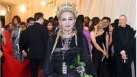 Madonna saat mengenakan aksesori mahkota karya Rinaldy Yunardi. (dok.Instagram @rinaldyyunardiofficial/https://www.instagram.com/p/BigfsZ8nDnr/?utm_source=ig_embed/Henry