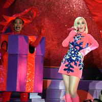 Penampilan Katy Perry (tengah) dalam konser Jingle Ball 2019 KIIS-FM di The Forum, Inglewood, California, Amerika Serikat, Jumat (6/12/2019). (AP Photo/Chris Pizzello)