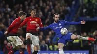 Gonzalo Higuain melepaskan tendangan pada babak kelima FA Cup yang berlangsung di stadion Stamford Bridge, London, Selasa (19/2). Man United menang 2-0 atas Chelsea. (AFP/Adrian Dennis)
