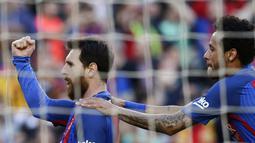 Lionel Messi merayakan golnya bersama Neymar saat melawan  Villarreal pada lanjutan La Liga pekan ke-36 di Camp Nou stadium, Barcelona (6/5/2017). Barcelona menang 4-1. (AP/Manu Fernandez)