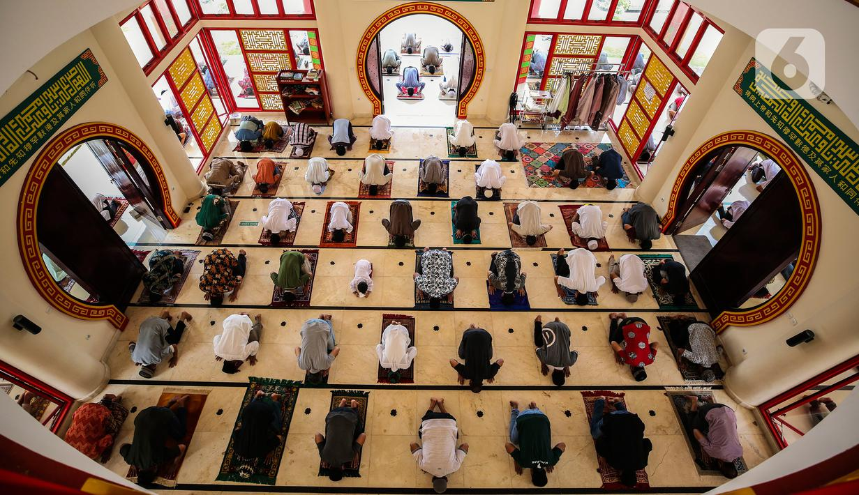 Umat muslim melaksanakan Sholat Jumat di Masjid Babah Alun Desari, Cilandak, Jakarta Selatan, Jumat (23/4/2021). Masjid yang dibangun oleh Muhammad Jusuf Hamka ini dibangun dengan arsitektur bergaya Oriental terlihat dari ukiran dan ornamen yang bergaya mandarin. (Liputan6.com/JohanTallo)
