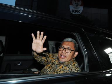Mantan Gubernur Jawa Barat Ahmad Heryawan alias Aher usai diperiksa oleh penyidik di gedung KPK, Jakarta, Rabu (9/1). Aher diperiksa sebagai saksi untuk tersangka Bupati nonaktif Bekasi Neneng Hasanah Yasin. (Merdeka.com/Dwi Narwoko)