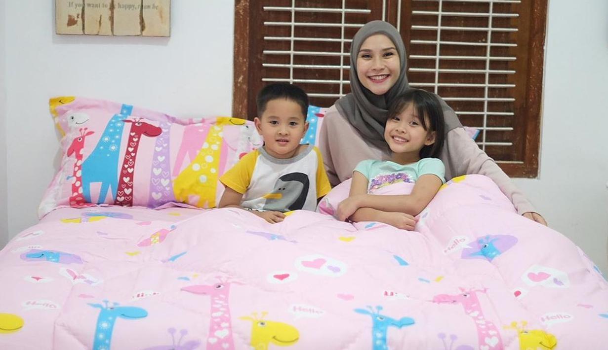 Sebagai orang tua, Zaskia Adya Mecca selalu mencari cara dalam mendidik anak-anaknya. Sekarang ini ia mulai menerapkan puasa gadget dan menggantinya dengan kegiatan lain, seperti membaca buku. (Instagram/zaskiadyamecca)