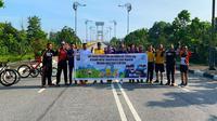 Peserta fun bike atau gowes jelajah keindahan alam Kabupaten Siak berofot di Jembatan Tengku Agung Sultanah Latifah. (Liputan6.com/M Syukur)