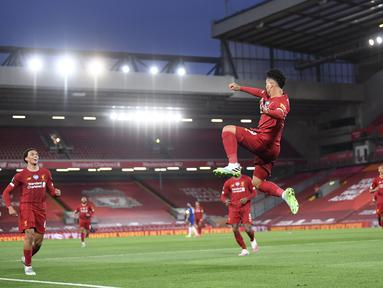 Pemain Liverpool Roberto Firmino melakukan selebrasi usai mencetak gol ke gawang Chelsea pada pertandingan Liga Inggris di Anfield Stadium, Liverpool, Inggris, Rabu (22/7/2020). Liverpool mengalahkan Chelsea dengan skor 5-3. (Laurence Griffiths, Pool via AP)