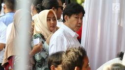 Putra dari presiden pertama Soekarno, Guruh Soekarnoputra berada di TPS 002 Selong, Kebayoran Baru, Jakarta Selatan untuk menggunakan hak politiknya, Rabu (17/4). Guruh menggunakan hak pilihnya dalam Pemilu 2019 di TPS yang sama dengan Cawapres 02 Sandiaga Uno. (Liputan6.com/Johan Tallo)