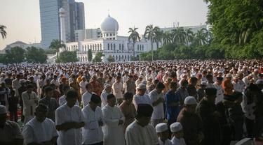 Ribuan jamaah melaksanakan salat Idul Adha di Masjid Raya Al Azhar, Jakarta, Sabtu (4/10/14). (Liputan6.com/Faizal Fanani)