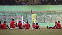Pelatih Arema FC, Milomir Seslija memberikan instruksi kepada tim merah atau tim inti dalam internal game Senin (24/6/2019) sore di Stadion Gajayana, Malang. (Bola.com/Iwan Setiawan)