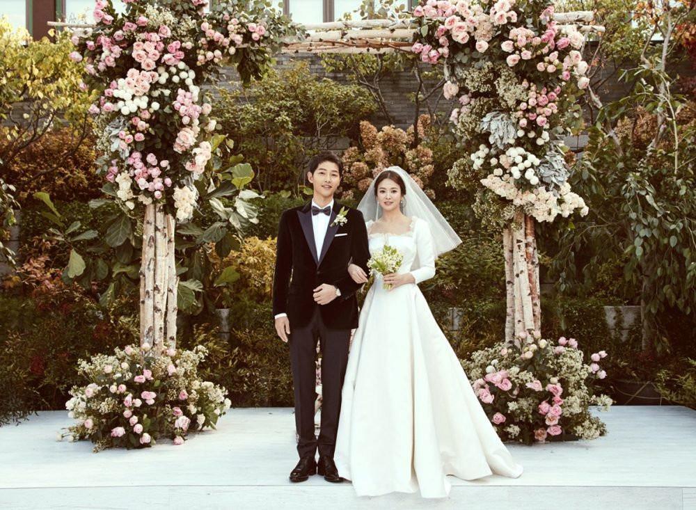 oto romantis pernikahan Song Song Couple. Yoo Ah In dan Hyungsik bikin gemas banget!. (Sumber Foto: Allkpop)