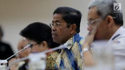 Mensos Idrus Marham (tengah) menyampaikan keterangan saat rapat konsultasi di Kompleks Parlemen, Jakarta, Kamis (1/2). Rapat ini membahas tindak lanjut penanganan KLB Wabah Campak dan Gizi Buruk di Kabupaten Asmat, Papua. Liputan6.com/JohanTallo)