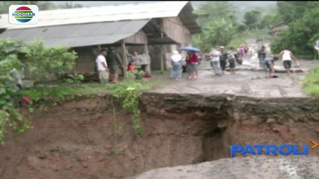 Kini mereka hanya bisa berharap, jembatan yang putus segera diperbaiki agar aktivitas warga kembali pulih.
