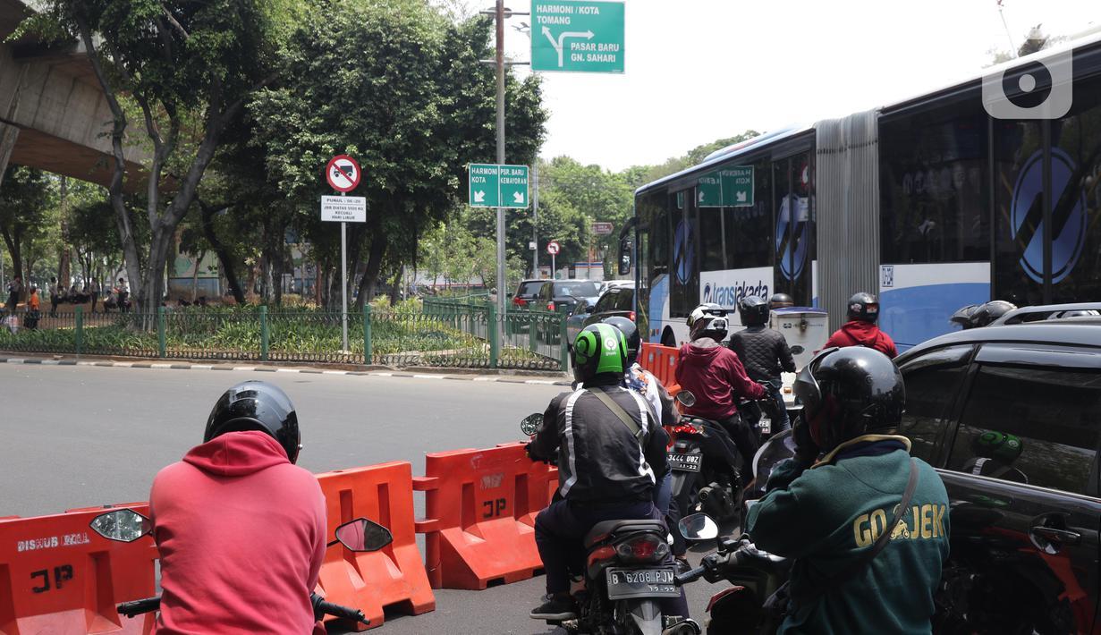 Sejumlah pengendara tertahan di belakang pembatas yang menutup jalan menuju Jalan Medan Merdeka Utara, Jakarta, Senin (14/10/2019). Menurut petugas jaga, penutupan ini antisipasi aksi unjuk rasa yang rencananya akan dilakukan di sekitar depan Istana Negara. (Liputan6.com/Helmi Fithriansyah)
