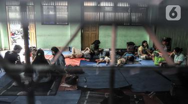 Aktivitas korban kebakaran saat mengungsi di salah satu kelas SMP PGRI 32, Cideng, Jakarta, Minggu (8/11/2020). Sebanyak 81 warga terpaksa mengungsi di gedung sekolah usai permukiman mereka di RT 4 RW 7 Kelurahan Cideng ludes dilalap api pada Sabtu (7/11). (merdeka.com/Iqbal Septian Nugroho)
