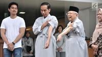 Bakal calon presiden dan wakil presiden Joko Widodo atau Jokowi (dua kiri) dan KH Ma'ruf Amin (dua kanan) menunjukkan tangan mereka sebelum tes kesehatan di RSPAD Gatot Subroto, Jakarta, Minggu (12/8). (Merdeka.com/Iqbal Nugroho)