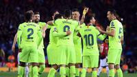 Para pemain Barcelona merayakan gol pembuka tim mereka ke gawang Manchester United pada leg pertama perempat final Liga Champions di Stadion Old Trafford, Rabu (10/4). Barcelona menang tipis 1-0 atas MU berkat bunuh diri Luke Shaw. (AP Photo/Jon Super)