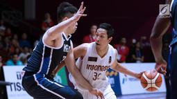 Pebasket putra Indonesia, Xaverius Prawiro (kanan) mencoba menembus kawalan pemain Korea, Seounghyun Lee pada babak penyisihan Grup A Basket Putra Asian Games 2018 di Jakarta, Selasa (14/8). Indonesia kalah 65-104. (Liputan6.com/Helmi Fithriansyah)