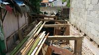 Warga Bukit Duri, Jakarta membongkar sendiri rumahnya (Liputan6.com/ Nanda Perdana Putra)