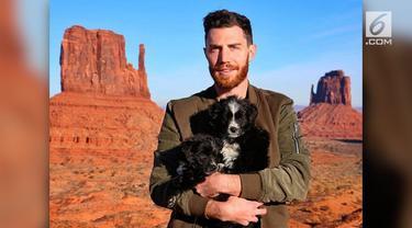 Seorang pelancong asal Los Angeles mengadopsi dua anjing telantar dan membawanya berkeliling di 35 negara di benua Amerika.