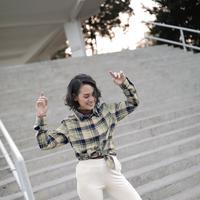Andien memakai kemeja flanel Uniqlo (Instagram Andien Aisyah)