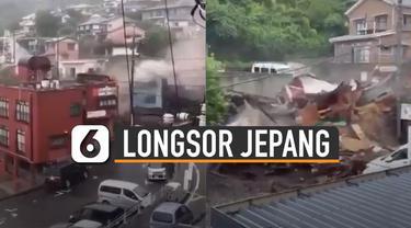 Air bercampur tanah meluncur menghantam sejumlah pemukiman dan jalanan.