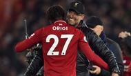 Pelatih Liverpool, Jurgen Klopp memeluk striker Divock Origi usai pertandingan melawan Everton pada lanjutan Liga Inggris di Anfield Stadium (2/11).  Origi mencetak gol pada menit ke-96  dan mengantar Liverpool menang 1-0. (AFP Photo/Oli Scarff)