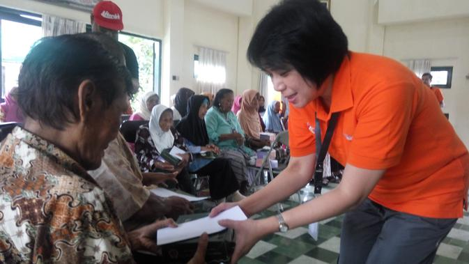 Alfamidi mengadakan bakti sosial di sejumlah panti wreda di Yogyakarta. (Liputan6.com/ Switzy Sabandar)