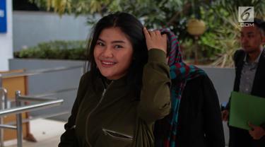 Rosa Meldianti atau yang akrab disapa Meldi membuat laporan ke Polda Metro Jaya, Jakarta, Selasa (6/11). Meldi melaporkan balik pedangdut yang juga tantenya, Dewi Perssik atas tuduhan telah melakukan pencemaran nama baik. (Liputan6.com/Faizal Fanani)