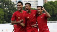 Para pemain Timnas Indonesia U-22 merayakan gol yang dicetak Egy Maulana ke gawang Thailand pada laga SEA Games 2019 di Stadion Rizal Memorial, Manila, Selasa (26/11). Indonesia menang 2-0 atas Thailand. (Bola.com/M Iqbal Ichsan)