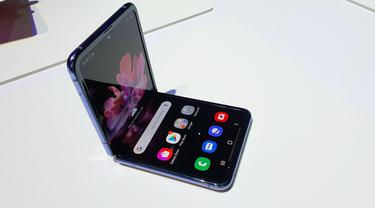 Perbandingan Galaxy Z Flip dengan Galaxy Fold. (Liputan6.com/ Agustin Setyo Wardani)