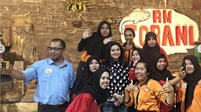 Bella Saphira foto bersama dengan karyawan rumah makannya di Makassar, Sulawesi Selatan (Dok. Instagram/@bellasaphiraofficial/https://www.instagram.com/p/BuIZlpNnu7O//Komarudin)