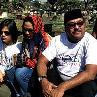 Maudy Koesnaedy dan Rano karno ziarah ke makam Benyamin Sueb (Ruswanto/Bintang.com)