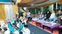 Milenial Golkar mengajak anak yatim doakan almarhum BJ Habibie. (Liputan6.com/ Pramita Tristiawati)