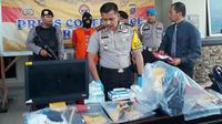 Kapolres Kota Dumai AKBP Restika Nainggolan memperlihatkan barang bukti pria mengamuk di BNI. (Liputan6.com/M Syukur)