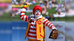 Ronald McDonald bersiap melempar bola saat latihan musim semi bisbol sebelum pertandingan Minggu antara Royals Kansas City dan Los Angeles Dodgers di Surprise, Arizona. (John Sleezer/The Kansas City Star via AP)