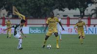 Pemain Bhayangkara FC, Herman Dzumafo (tengah) mencoba melewati pemain PS Tira pada lanjutan Liga 1 2018 di Stadion PTIK, Jakarta, Jumat (4/5/2018). Bhayangkara menang 4-2.  (Bola.com/Nick Hanoatubun)