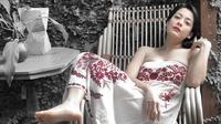 Lulu Tobing sedang menikmati sore yang cerah dengan mengenakan off shoulder putih motif bunga (Dok.Instagram/@lutob/https://www.instagram.com/p/B4WrUiuA7RDWKk5AMe_H5g7ORTTOjAPEMDfJiQ0/Komarudin)