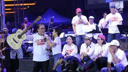 Elek Yo Band saat penggalangan dana untuk korban gempa Palu dan Donggala, Lippo Mall Kemang Jakarta, Jumat (5/10). Band yang terdiri dari para Menteri Kabinet Kerja ini dihibur Puan Maharani, Yuni Shara dan Tantowi Yahya. (Bintang.com/Deki Prayoga)