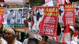 Pedagang pulsa membawa sejumlah spanduk saat menggeruduk Kantor Kementerian Komunikasi dan Informasi (Kemenkominfo), Jakarta, Senin (2/4). Mereka tergabung dalam Kesatuan Niaga Celluler Indonesia (KNCI). (Liputan6.com/Arya Manggala)